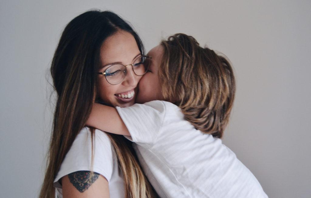 Mamma Bonbon con in braccio il figlio Elia