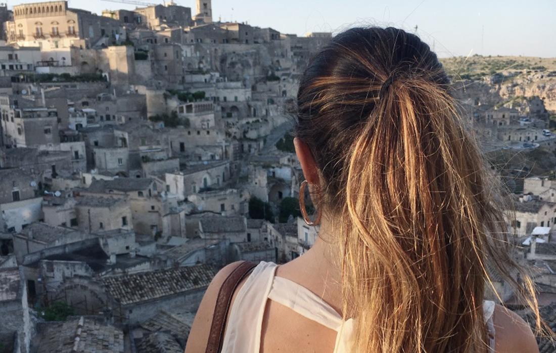 Vista dei Sassi di Matera da un punto panoramico. Soggetto di schiena