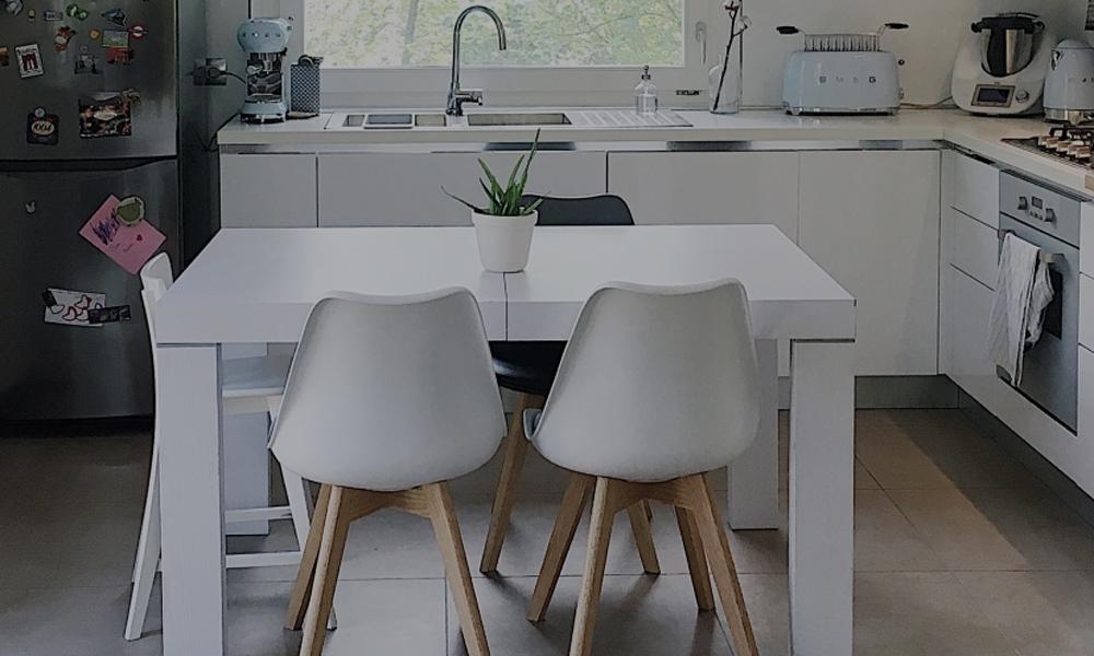 Una cucina in stile scandinavo con tavolo in legno bianco for Arredamento casa bianco
