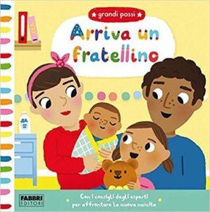 Immagine della copertina di un libro per bambini che ritrae una famiglia composta da madre, padre, una bambina e un neonato