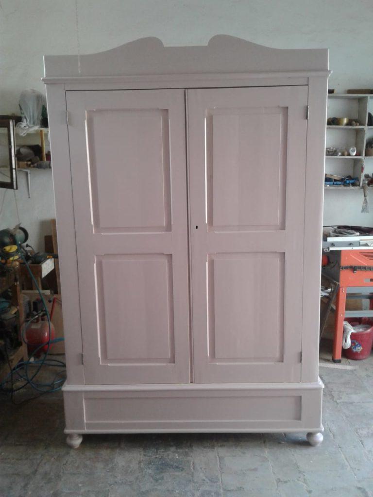 armadio antico a due ante dopo il restauro e verniciato di colore rosa antico