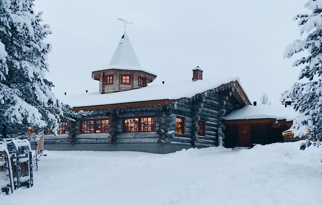 Baita di legno tra la neve bianca.