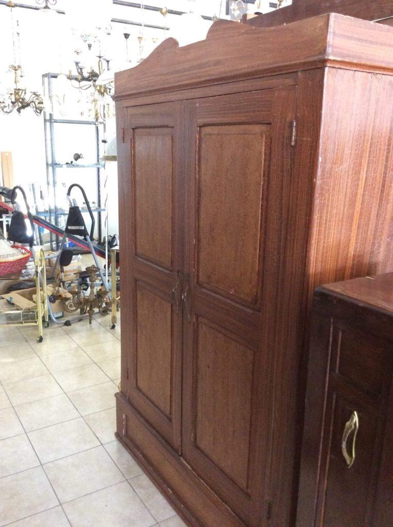 armadio antico a due ante in legno scuro prima del restauro