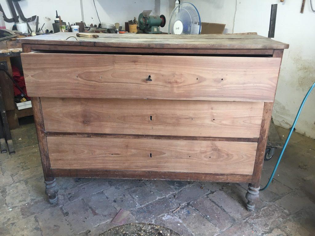 cassettiera antica dell'800 in legno scuro a tre cassetti prima del restauro