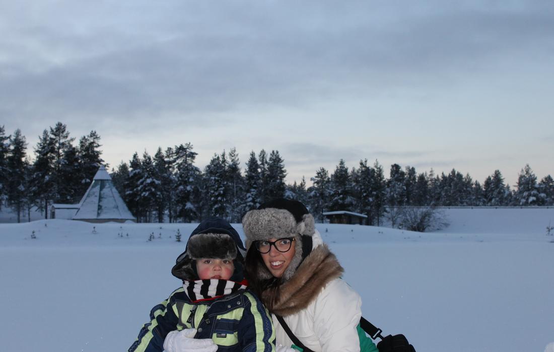 Donna e bambino tra la neve